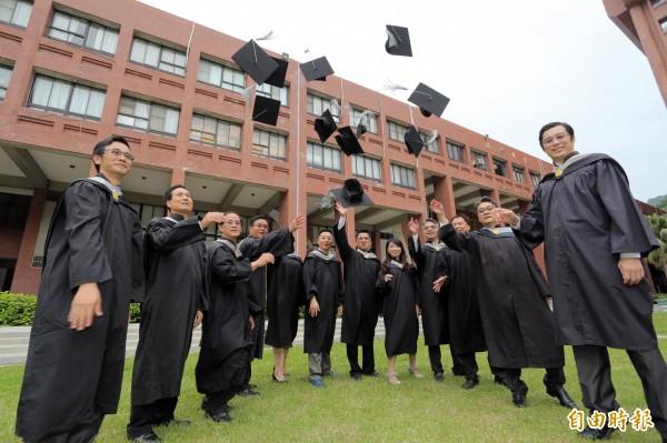 企業家畢業生將個人創業與經營智慧,共同出書獻給學校,不僅作為畢業的感恩獻禮,也深具傳承學弟妹意味。(記者張忠義攝)