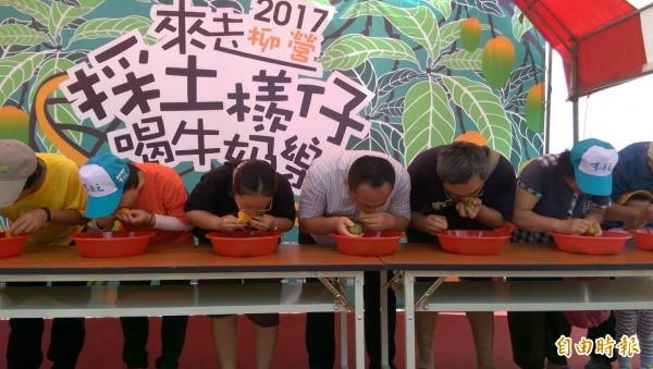 埋頭比賽吃土芒果,看誰最快吃完5顆芒果。(記者楊金城攝)