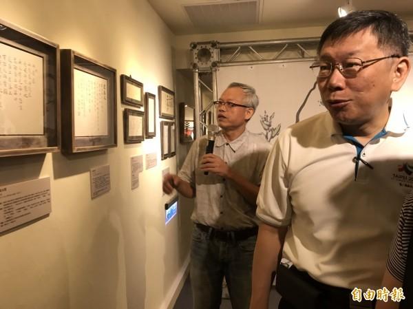 「台語文書畫展」今日開幕,市長柯文哲也到現場致詞,參觀畫作。(記者陳紜甄攝)