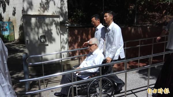 高齡94歲的李登輝坐輪椅離開會場。(記者洪定宏攝)