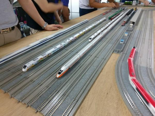 屏東火車站邀請鐵道模型收藏家今、明兩天在該站舉辦「鐵道模型運轉會」,展出各式電動模型列車。(屏東車站提供)