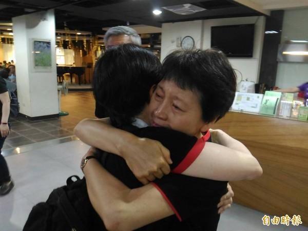 台灣原聲教育協會執行理事、退休教師廖阿貫(左)與出席音樂會來賓友人(右)相擁而泣。(記者王俊忠攝)