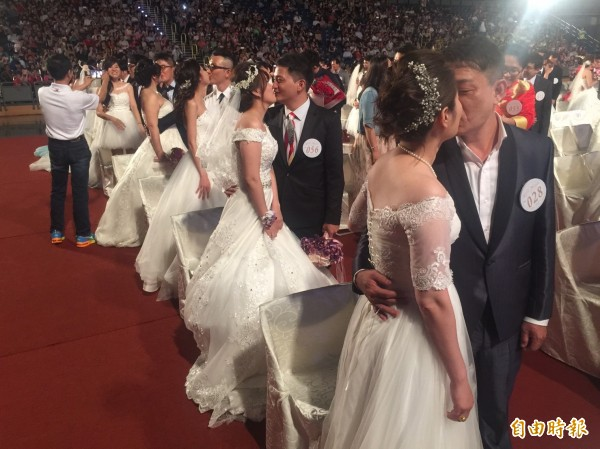 150對新人參加市府集團結婚,新人互吻承諾共度一生。(記者陳文嬋攝)