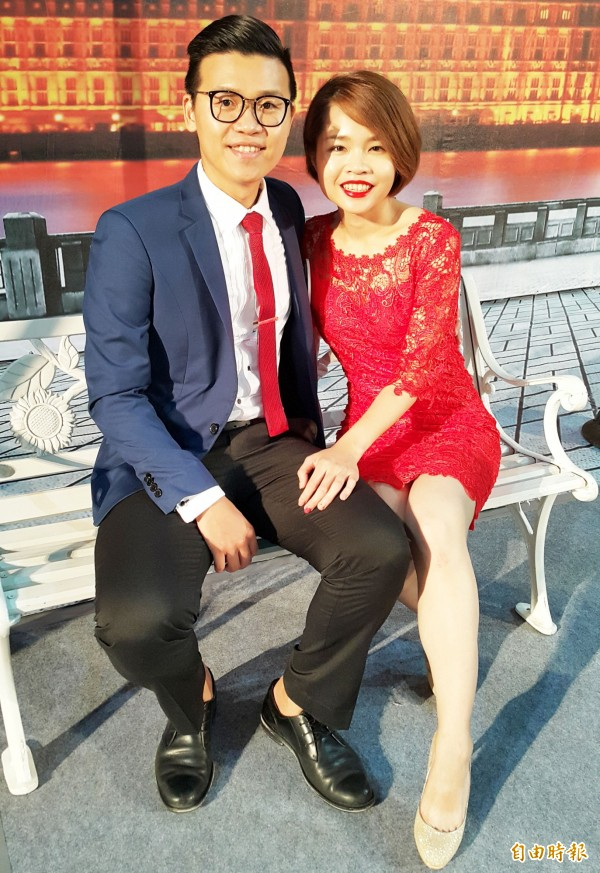 石學昂與劉盈吟笑稱「幫我們牽紅線的竟是詐諞集團!」。(記者陳文嬋攝)