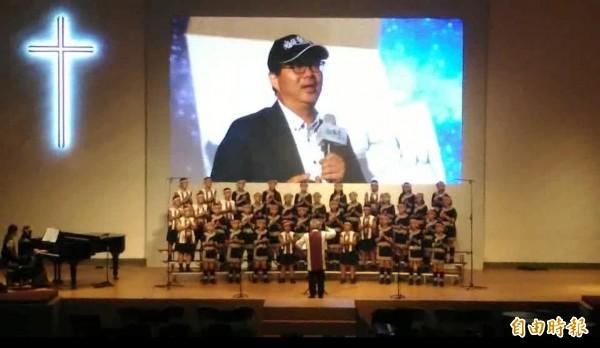 台灣原聲童聲合唱團今晚在台南聖教會演出,為紀念齊導,合唱團臨時安排獻唱齊導生前最愛的《乘著氣球上天空》,願他一路好走。(記者王俊忠攝)
