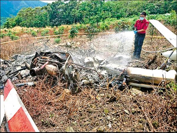 搭載導演齊柏林等三人空拍的直升機,昨墜毀在花蓮縣豐濱鄉長虹橋附近的一處牧場,花蓮縣消防局趕到現場,飛機只剩機尾及機翼殘骸。(消防局提供)