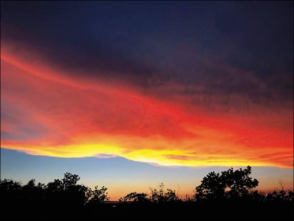 齊柏林昨清晨5點將所拍的「日出圖」分享給東華大學校長趙涵捷,太陽還隱沒在地平線下方,燦燦的日光已把東方低空雲層照亮,孰料,竟成齊導的「最後日出圖」。(趙涵捷提供)