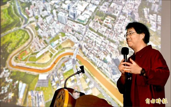 齊柏林在台大公共論壇演說中,以自己拍過的後勁溪受污染等照片為例,呼籲大家愛護台灣這片土地。(資料照,記者林正堃攝)