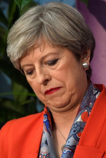 英國下議院八日改選,執政保守黨喪失過半優勢,英相梅伊被迫與小黨共組聯合政府。(路透)