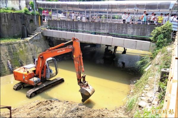 6月2日的豪大雨造成基隆大武崙溪水溢流越堤,周邊慘淹,水利署忙著加強河床疏濬。(記者俞肇福攝)