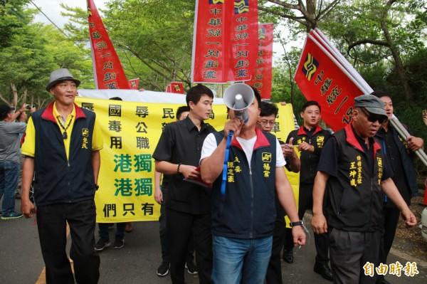 統一促進黨持布條與旗幟到場大呼口號。(記者陳冠備攝)