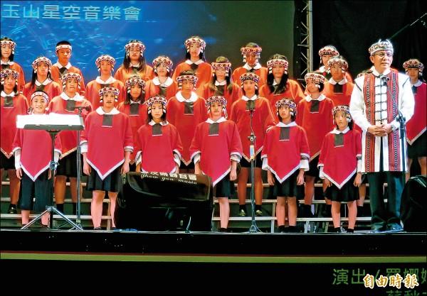 由南投信義鄉羅娜國小校長馬彼得(右前)帶領的原聲合唱團,曾參與空拍導演齊柏林拍攝的電影看見台灣。(記者劉濱銓攝)