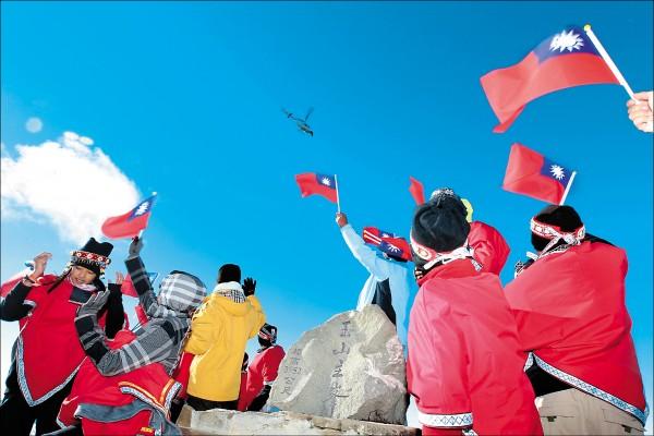 齊導演:台灣的孩子謝謝你!想念你。 2013年,為了拍攝《看見台灣》結尾的拍手歌畫面,原聲童聲合唱團的孩子爬上玉山,空中的直升機裡坐著齊柏林,孩子揮手向他打招呼,留下餘韻深長的動人畫面。 (台灣阿布電影公司提供)