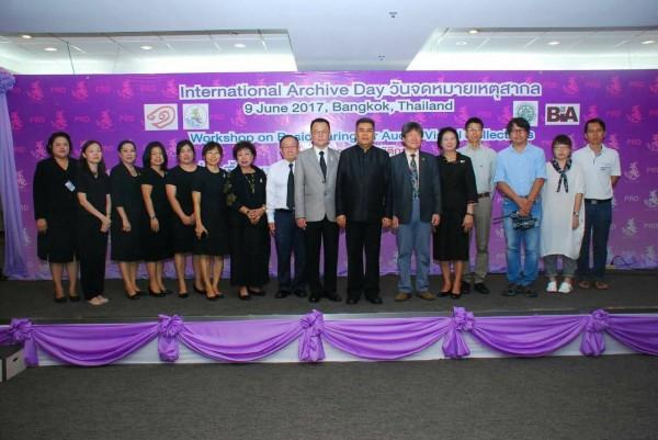 中立者為泰國公關部副部長 Charoon Chaisorn 博士、井迎瑞教授 (右 6)與南藝團隊、泰國國家檔案館人員合影。(圖南藝大提供)
