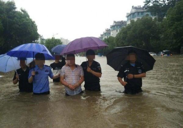 雖然水深及腰,南京當地警方仍帶嫌犯涉水辨認犯案現場,意外引發討論,甚至被笑稱是不是要藉此逼供。(圖擷自觀察者)