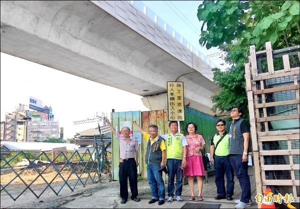 鐵路高架化產生的噪音干擾沿線住戶,民眾要求還他們安寧的居住環境。(記者黃鐘山攝)