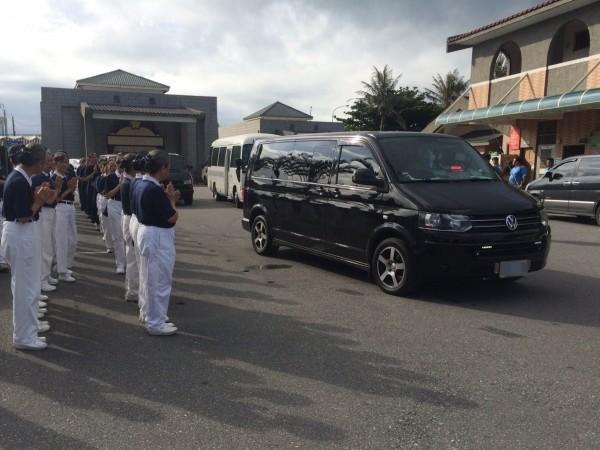 一早慈濟志工在花蓮殯儀館外雙手合十,目送靈車離開駛往機場,進行最後的飛行。(取自慈濟基金會臉書)