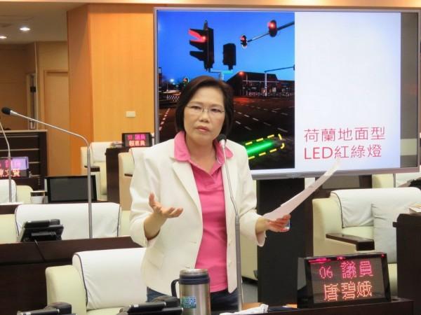 唐碧娥建議,防低頭族交通意外,市府可試辦地面式紅綠燈。(記者蔡文居翻攝)