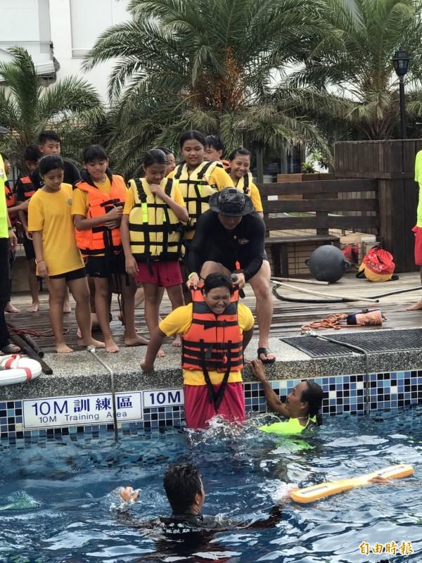 夏季戲水意外多,威鯨協會教國小童自救。(記者蔡宗憲攝)