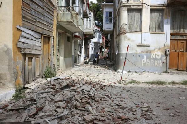 土耳其西部愛琴海海岸及希臘列士波斯島(Lesbos)一帶今天稍早發生規模6.2強震,當地許多熱門的觀光建築受損。(美聯社)