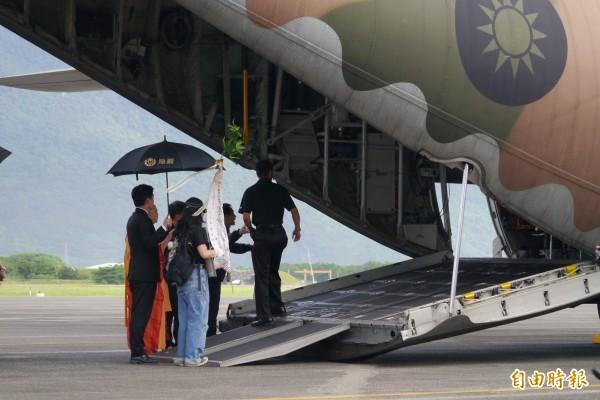 國防部協助運送導演齊柏林、隨行助理陳冠齊、機師張志光等3名罹難者遺體及26名家屬專機返回台北。(記者王峻祺攝)