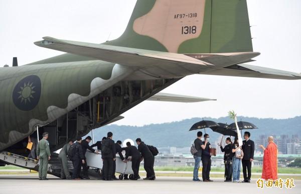 知名紀錄片《看見台灣》導演齊柏林、機師張志光、攝影助理陳冠齊等3人的遺體,經由國軍協助,今早8時由兩架C-130運輸機自花蓮出發,9點飛抵台北松山機場,隨即轉往台北市立第二殯儀館安置遺體。(記者羅沛德攝)