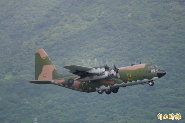 國防部派遣2架C-130運輸機助齊導「最後飛行」。(記者王峻祺攝)