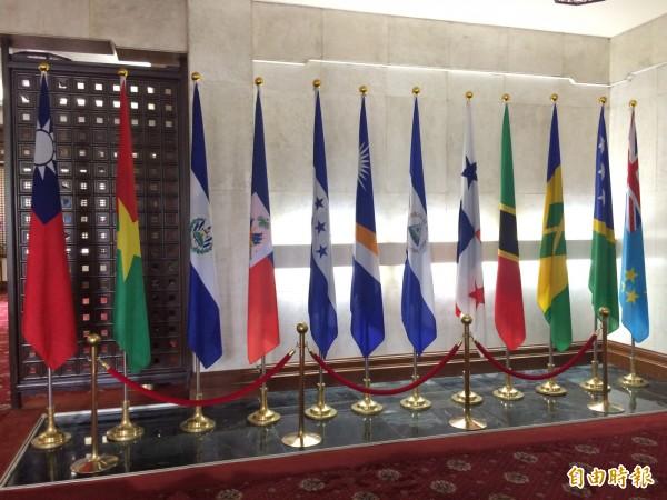 巴拿馬國旗(右五)豎立於外交部友邦國旗行列中。(記者呂伊萱攝)