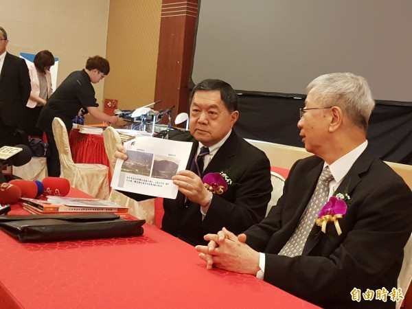 亞泥董事長徐旭東展示亞泥綠化照片。(記者王憶紅攝)