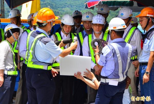 行政院長林全到湖面上的工作平台視察,聽取設施零件的功能解說。(記者吳俊鋒攝)