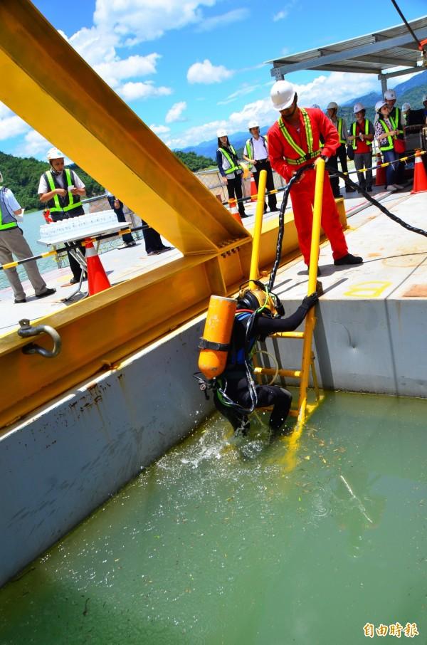 潛水伕下水,進行安全檢查。(記者吳俊鋒攝)