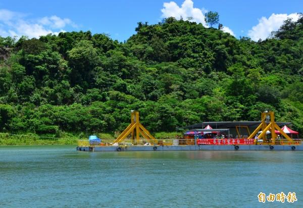 湖面上搭建工作平台,施作防淤隧道。(記者吳俊鋒攝)