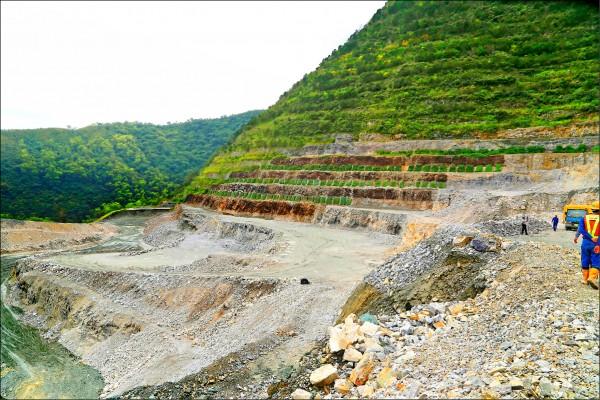 「看見台灣」紀錄片已故導演齊柏林感嘆亞泥在花蓮新城礦區挖得更深了。圖為亞泥在花蓮新城礦區現況。(中央社)