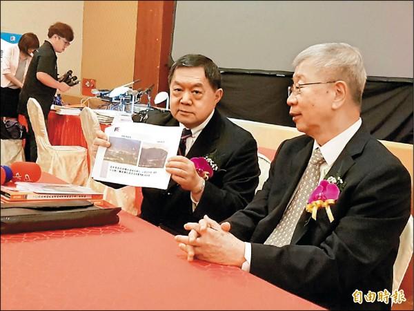 徐旭東(右二)委屈說,我們已經近很大努力了,挖深可以更為儲水。(記者王憶紅攝)