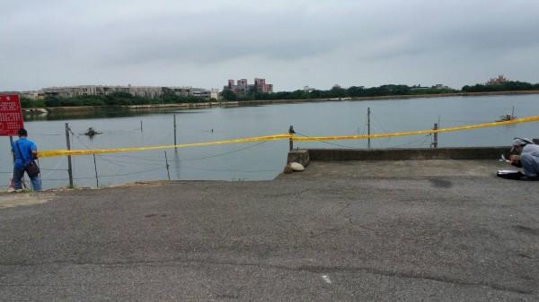 觀音8-22號池飼養吳郭魚染湖泊病毒,是全球第6個確診國家,農業局在該池塘搭起移動管制線。(農業局提供)