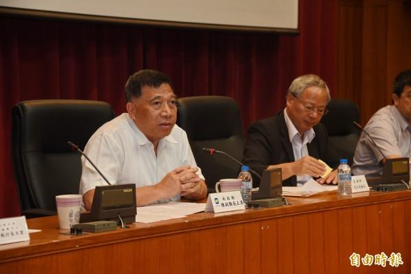 南投縣副縣長陳正昇(左)表示,前瞻軌道建設計畫中,台中捷運未延伸至南投,對南投人相當不公平。(記者張協昇攝)