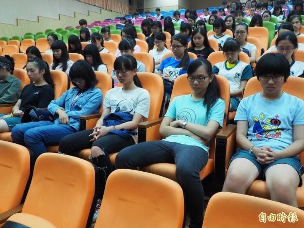 中興高中學生為齊柏林等人默哀1分鐘。(記者陳鳳麗攝)