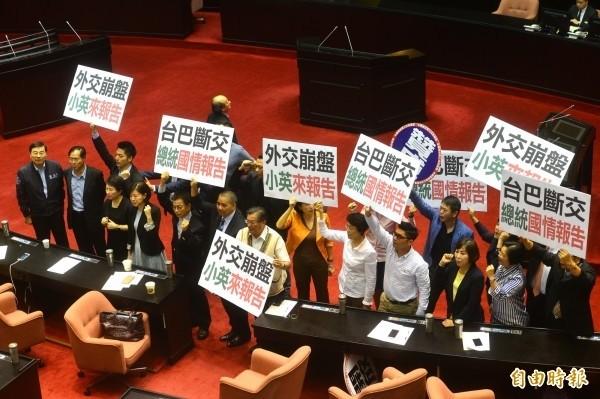 立法院談話會,昨表決通過召開臨時會,國民黨立委舉牌抗議。(記者王藝菘攝)