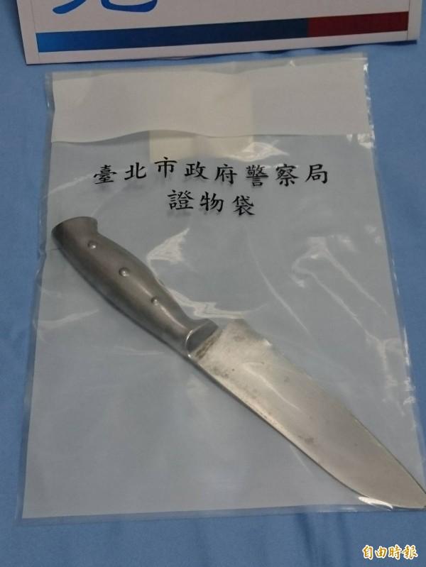 警方查扣陳男犯案用的兇刀,因陳男清洗過,刀刃上幾乎沒有血跡。(記者王冠仁攝)
