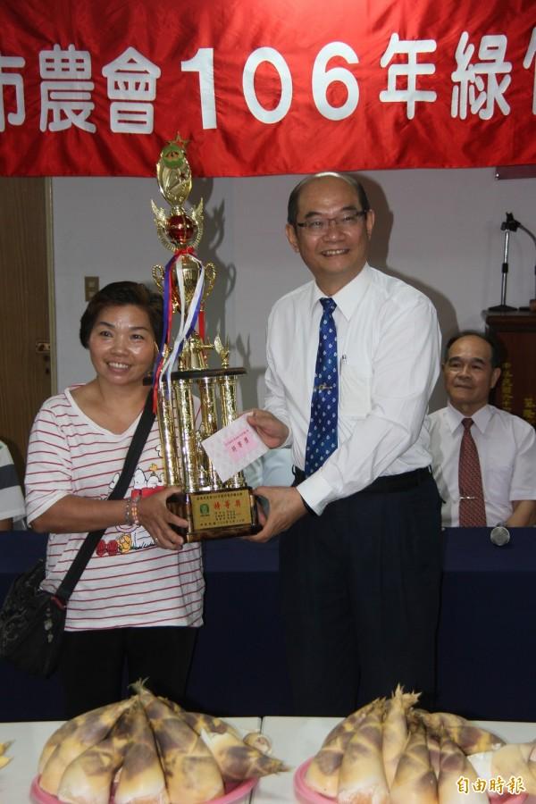基隆綠竹筍競賽,陳燕樺(左)以94.8分一舉拿下特等獎殊榮。(記者林欣漢攝)