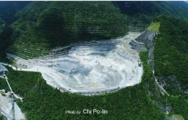 齊柏林生前關注生態環境,他生前感嘆太魯閣亞泥礦場,比5年前拍攝時挖得更深。(圖取自多羅滿賞鯨臉書)