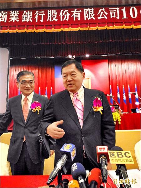 再護亞泥,徐旭東(右)說,台灣是我家,才不會退出,會繼續投資。(記者李靚慧攝)