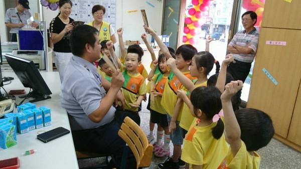 幼兒園小朋友到派出所參觀、送上祝福。(記者鄭淑婷翻攝)