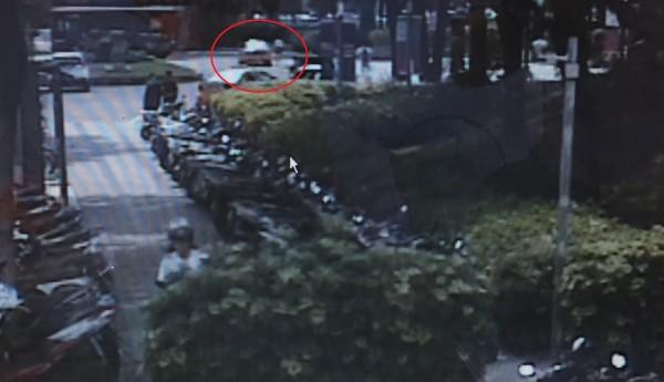 警方根據鄭女搭車地點和行經路線過濾相關路口監視器交叉比對。(記者許國楨翻攝)
