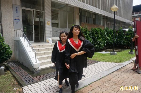 黃瑜珊(右)陪伴視障同學張紫茵(左)7年,今日畢業,2人依依不捨。(記者黃文瑜攝)