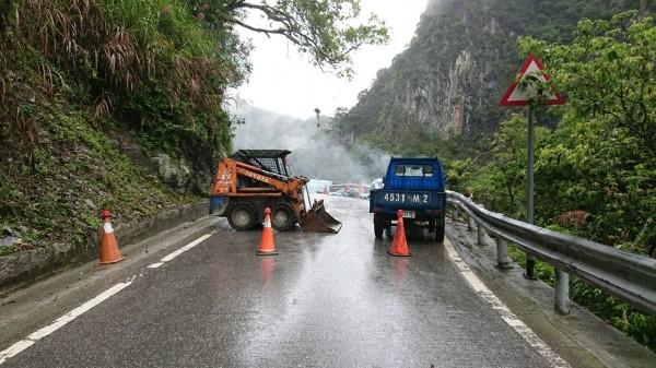 因連日豪雨,省道台8線中橫公路西寶到天祥路段發生零星落石。(公路總局第四區養護工程處提供)