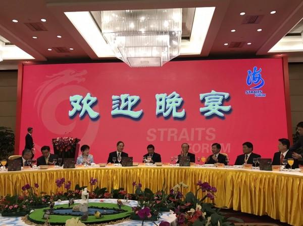 國民黨主席洪秀柱(左三)昨晚接受中國全國政協主席俞正聲(圖中)歡迎晚宴款待。(照片由國民黨政策會執行長蔡正元提供)