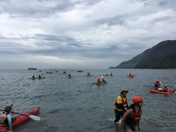 宜蘭縣南方澳鯖昨天約有100人,在南方澳情人灣,划獨木舟宣示要保護海洋資源。(讀者林碧玲提供)
