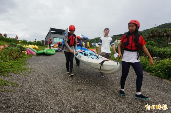 宜蘭縣南方澳鯖昨天約有100人,在南方澳情人灣,划獨木舟宣示要保護海洋資源。(記者林敬倫攝)
