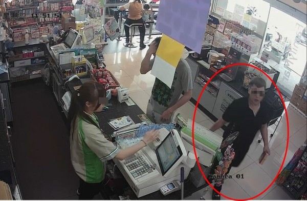 染毒的36歲王姓女子(紅線圈),偷超商3包遊戲點數包,新興警方調閱監視器,鎖定王女通知到翻攝)